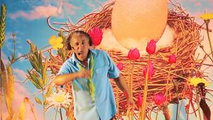 Photo extraite du spectacle 'La chanson œuf' Un spectacle pour la petite enfance thème écologie nature