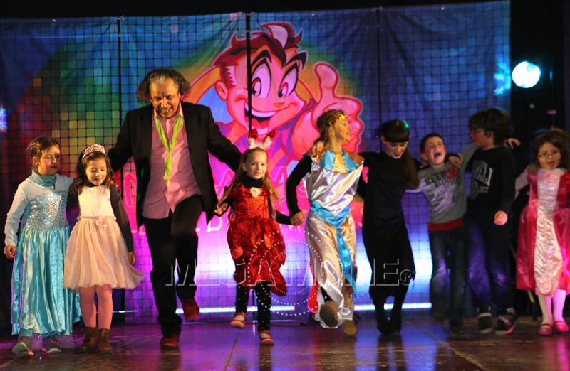 Une danse collective pour ce bal pour enfants.