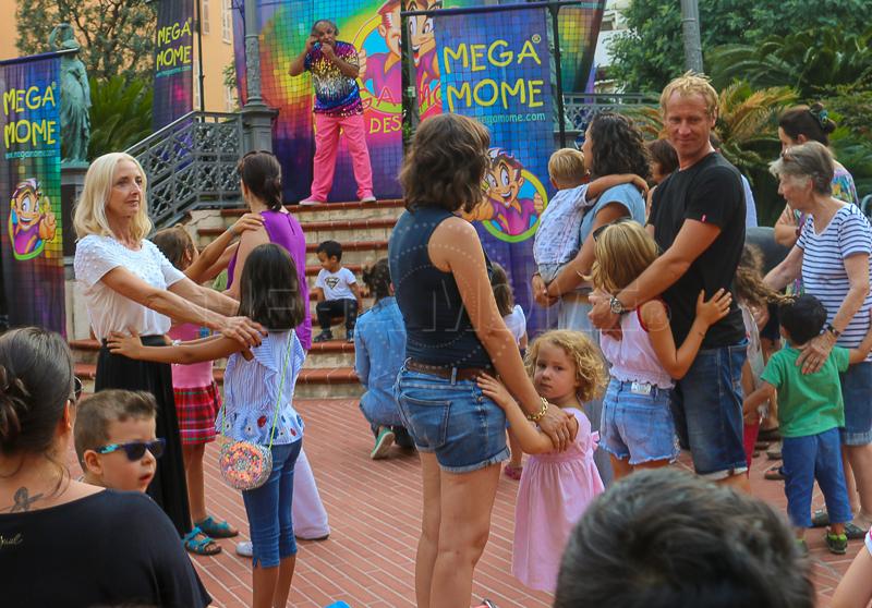 Et ça chante et ça danse – C'est ainsi dans un véritable bal pour enfants